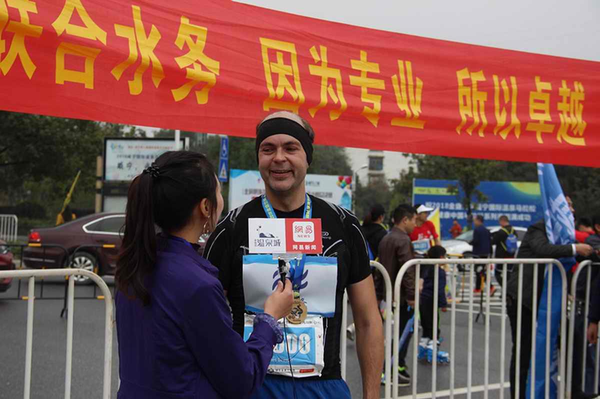 James跑完全马后接受媒体采访.jpg